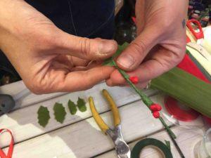 addobbi natalizi in carta crespa palline e foglie agrifoglio e palline